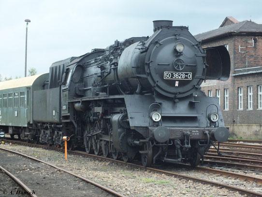 Am 15. September 2012 wurde 50 3628-0 im SEM Chemnitz für die Fotografen vor einen Personenzug gestellt