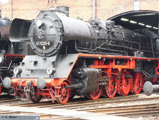 41 1225-6 gehört zum Bestand des SEM Chemnitz. Hier steht die Lok am 22. August 2009 im Rundhaus 1. Ihr fehlen die Kuppelstangen