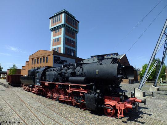 Die Lok soll an die Zeit des aktiven Bergbaus in Oelsnitz erinnern. Kohlezüge wurden u.a. mit Loks der BR 52 von hier aus abtransportiert.