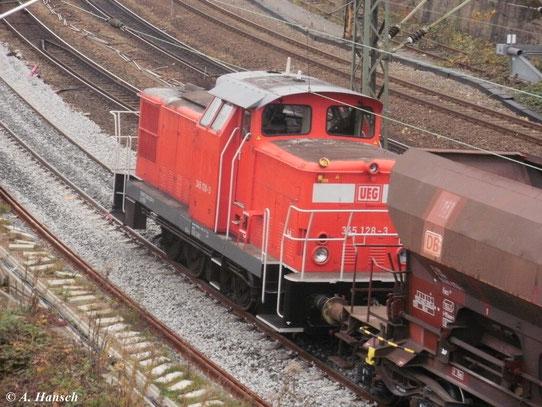 345 128-3 der Usedomer Eisenbahn GbR am 27. Oktober 2011 bei Einschotterarbeiten in Chemnitz Hbf.