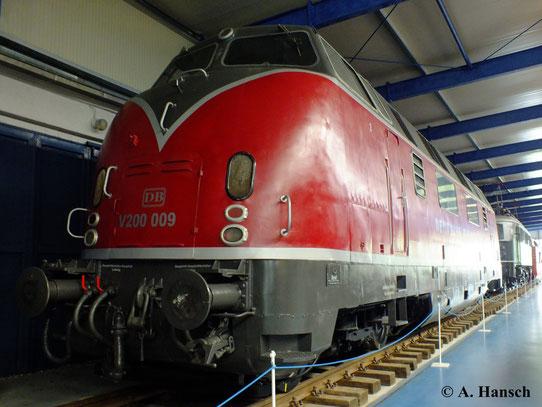 Im Eisenbahnmuseum Prora auf Rügen kann man unter anderem ein Exemplar der DB-Vorzeigediesellok V200 bestaunen