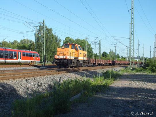 214 003-6 (LOCON 213) zieht am 16. Juni 2013 einen Ganzzug aus Flachwagen. Hier passiert die Fuhre das AW Chemnitz