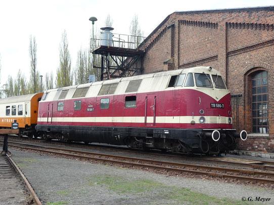 118 586-7 am 16. April 2011 im Bw Staßfurt. Für die Fotografen wurde die Lok vor Mitropa-Wagen gespannt...