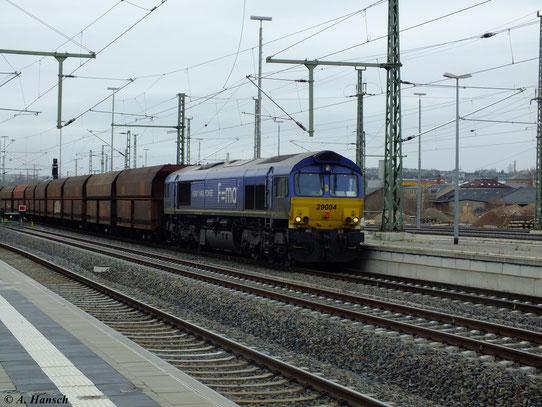 Am 27. November 2012 fährt 266 027-2 mit leeren Schüttgutwaggons aus dem Güterbahnhof am Küchwald durch Chemnitz Hbf.