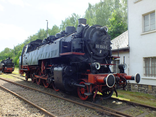 86 1049-5 gehört dem VSE Schwarzenberg. Hier steht die Lok am 19. Mai 2012 im Gelände des Bw Schwarzenberg. Die Loks der BR 86 gehörten zum typischen Bild auf den Gleisen des Erzgebirges