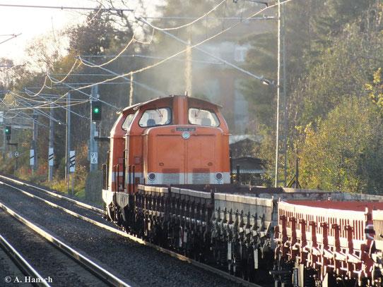 Als ich am 30. Oktober 2013 am Haltepunkt Grüna auf meinen Zug wartete, überraschte mich dieser Flachwagenzug mit 212 095-4 (Locon 206) und 212 263-8 (Locon 205) im Vorspann