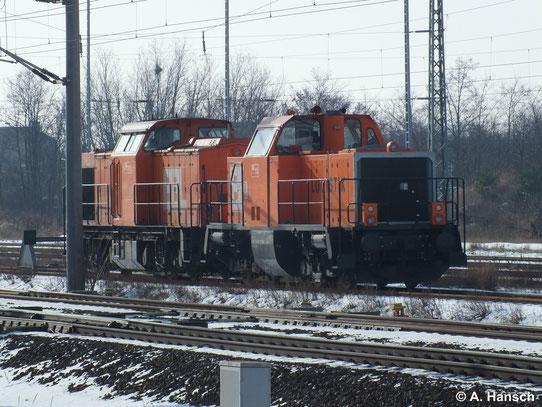 214 026-7 (BBL Lok 15) steht mit 203 157-3 (BBL Lok 11) am 1. Februar 2014 in Bitterfeld Hbf.