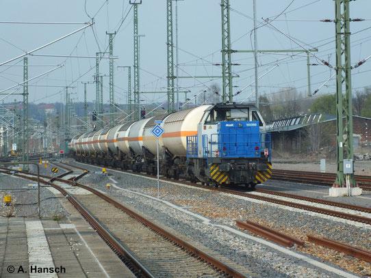 Am 2. April 2014 schiebt 271 014-3 einen von 185 517-0 gezogenen Gaskesselwagenzug nach. Hier ist der Zug bei der Durchfahrt durch Chemnitz Hbf. zu sehen