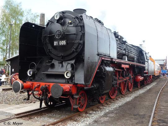 Markant für die Altbau 01er sind die Wagner-Windleitbleche. 01 005 steht hier am 16. April 2011 im Bw Staßfurt