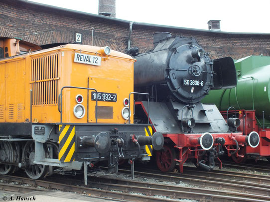 Am 2. Juni 2012 steht 50 3606-6 neben 105 992-2 im Lokschuppen des Bw Staßfurt