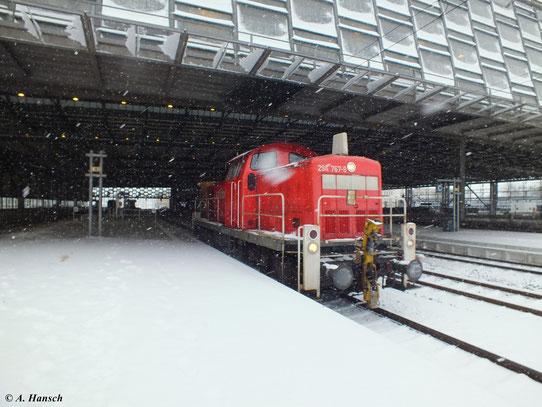 294 767-9 fährt am 20. Februar 2013 als Lz durch den winterlichen Chemnitzer Hbf.