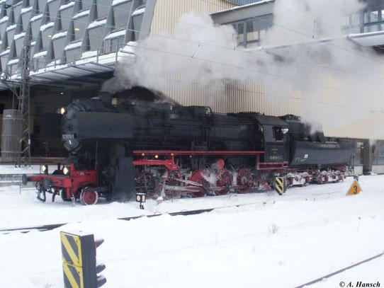 Am 19. Dezember 2010 wartet 52 8079-7 in Chemnitz Hbf. auf den Sonderzug aus Berlin, den sie zur Weiterfahrt nach Annaberg-Buchholz übernehmen soll