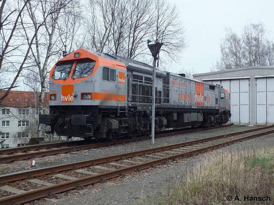 Am 23. März 2014 steht 250 009-8 (hvle V330.8) am Lokschuppen des Rangierbahnhofs Chemnitz Küchwald