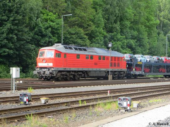 Am 8. Juni 2013 wuchtet 232 280-8 ihren Autozug die Schiefe Ebene hinauf und erreicht hier gerade den Bf. Marktredwitz