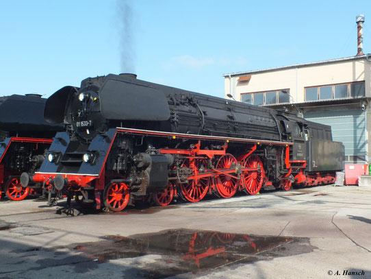 01 1533-7 ist mittlerweile in Österreich beheimatet. Sie gehört der Österreichischen Gesellschaft für Eisenbahngeschichte (ÖGEG). Hier bei bestem Licht zu sehen im Werk Meiningen (1. September 2012)