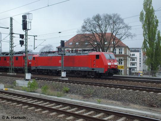 Am 12. April 2014 durchfährt 189 013-6 mit Güterzug Dresden Hbf. Abgebügelt hängt 180 015-0 mit am Zug