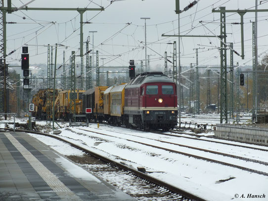 Am 28. Oktober 2012 fährt 232 550-4 mit einem Bauzug in Chemnitz Hbf. ein. Der erste Schnee des bevorstehenden Winters bedeckt noch die Gleise