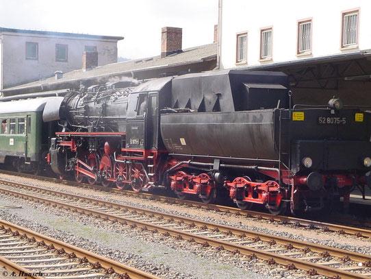 Am 3. Mai 2008 fanden auf der Strecke Schwarzenberg - Zwickau Pendelfahrten mit 52 8075-5 statt. Hier steht der Zug im Bahnhof Aue (Sachsen)