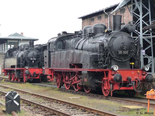 Beide erhaltenen Loks der Baureihe 75.5 stehen am 22. August 2009 im SEM Chemnitz hintereinander an der Besandungsanlage