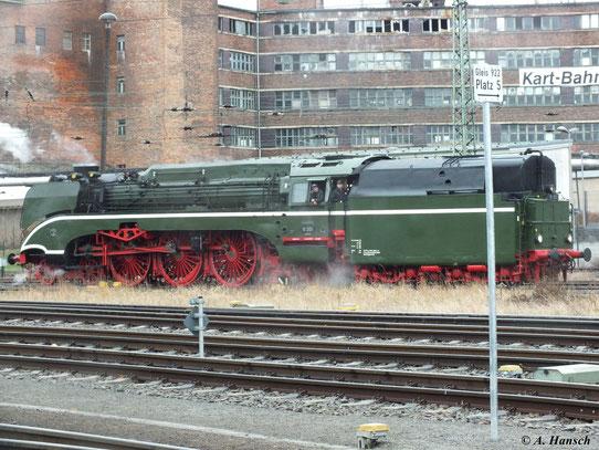 18 201 beim Rangieren für Ihren Sonderzug anlässlich des 4. Dresdner Dampfloktreffens am 31. März 2012 in Dresden Altstadt