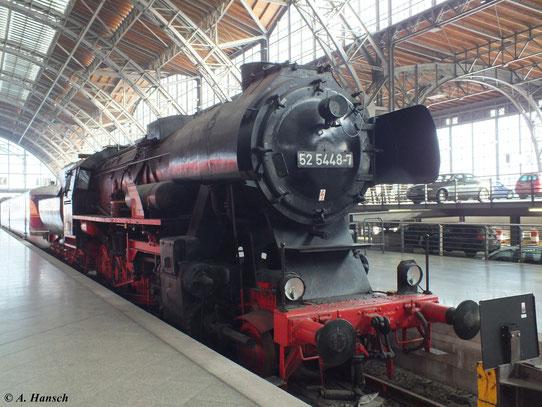 Im Leipziger Hbf. sind einige historische Schienenfahrzeuge ausgestellt. Darunter auch 52 5448-7, hier fotografiert am 4. Februar 2012