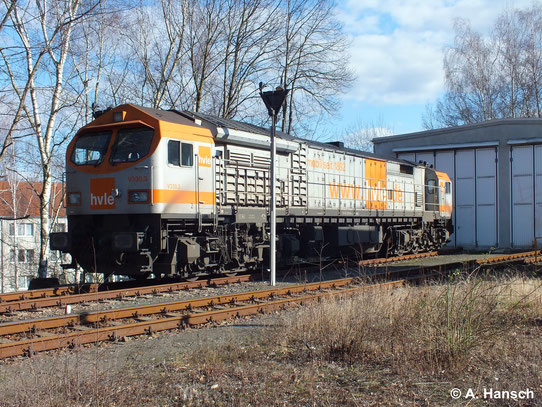 Am 23. Februar 2014 ist 250 011-4 (hvle V330.3) für den Kalkzug von Chemnitz Küchwald vorgesehen. Am Vormittag wartet die Lok am dortigen Lokschuppen auf ihren Einsatz