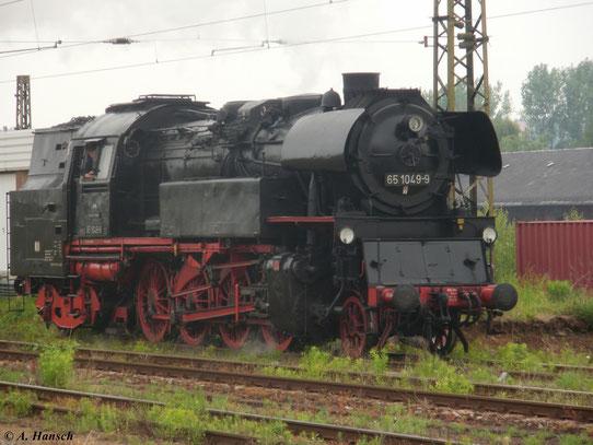 Am 21. Mai 2011 fuhr ein Sonderzug von Chemnitz nach Pirna. Zuglok war 65 1049-9, die hier beim Rangieren im Chemnitzer Hbf. zu sehen ist
