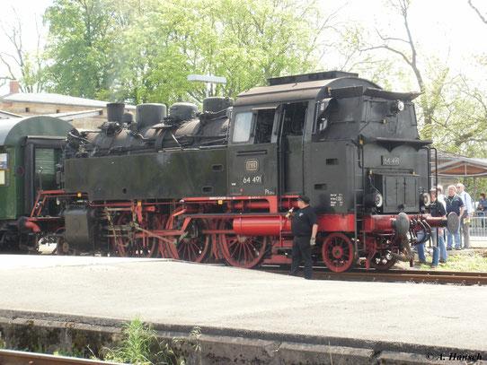 Auch eine betriebsfähige 64er konnte man am 22. Mai 2010 in Neuenmarkt-Wirsberg bewundern. 64 491 ist hier als Schublok an einem der Sonderzüge zu sehen