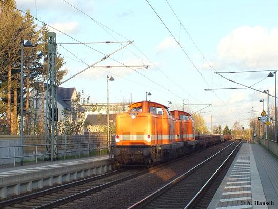 Am 30. Oktober 2013 leistet 212 263-8 (Locon 205) ihrer Schwestermaschine 212 095-4 (Locon 206) an einem Flachwagenzug Vorspanndienste. Flott durchfährt der Zug soeben den Haltepunkt Grüna