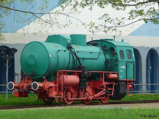 Bei den Chemnitzer Stadtwerken waren früher mehrere Dampfspeicherloks im Einsatz. An diese Zeit soll die ehemalige Werklok 6 erinnern, die vor dem Heizkraftwerk ausgestellt ist (2. Mai 2010)