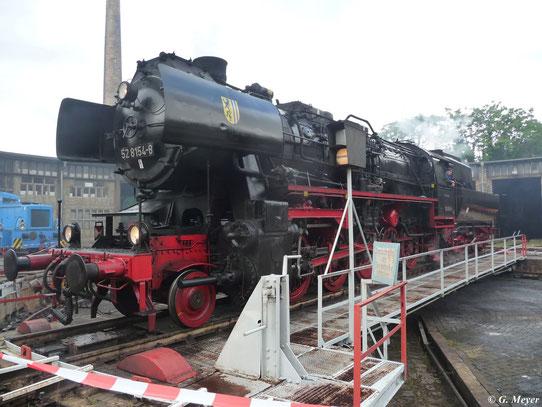 Am 14. Juli 2012 steht 52 8154-8 auf der Drehscheibe im Bw Halle P. Ihre Windleitbleche ziert das Stadtwappen ihrer heutigen Heimatstadt Leipzig