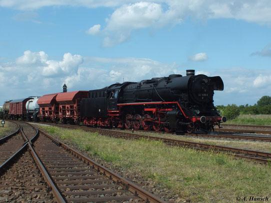 Was früher Alltag für die 44er war, wird heute nur noch für die zahlreichen Fotografen und Fans arrangiert:44 1486-8 zieht einen Fotogüterzug durch das Bw-Gelände Staßfurt (02. Juni 2012)