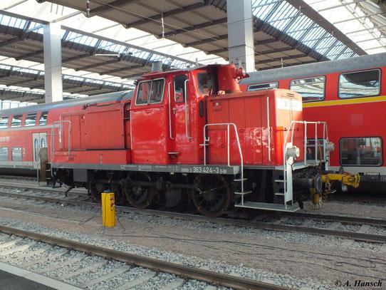 Am 31. Dezember 2011 steht 363 424-3 in Chemnitz Hbf. Im Sonnenlicht erkennt man deutlich die ausgebesserten und nachlackierten Stellen der Lok