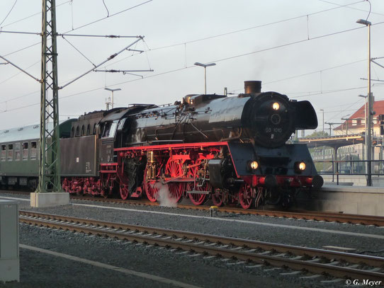03 1010 fährt am 22. Oktober 2011 mit Sonderzug aus Dessau Hbf. aus