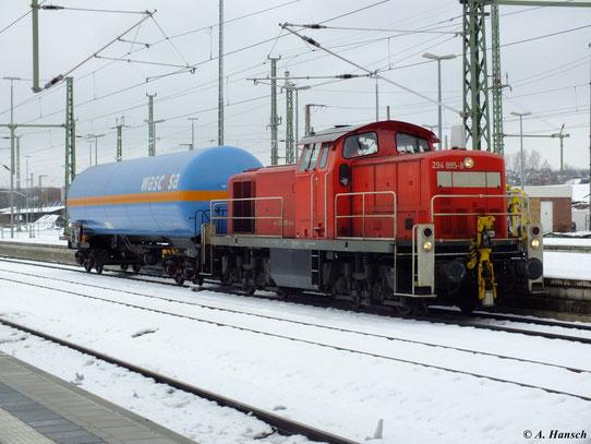Mit kleiner Fracht durchfährt 294 895-8 am 4. Dezember 2012 Chemnitz Hbf.