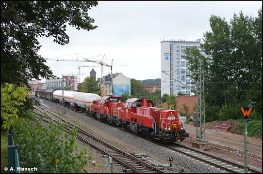 Am 24.08.2021 zogen 261 020-2 und 261 018-6 die tägliche Übergabe von Zwickau nach Chemnitz-Südbahnhof. 24 Wagen machten zwei Loks notwendig. Hier rollt der Zug durch den Hp Chemnitz-Süd
