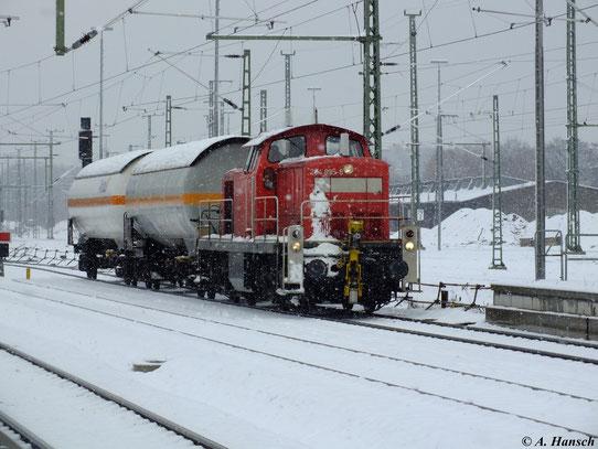 294 895-8 kämpft sich am 30. November 2012 mit zwei Kesselwaggons durch´s Schneetreiben in Chemnitz Hbf.