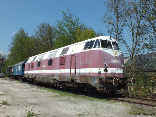 228 673-0 steht am 5. Mai 2013 im Gelände des Bw Glauchau. Fehlende Scheinwerfer und der verwitterte Lack lassen die Lok sehr alt wirken