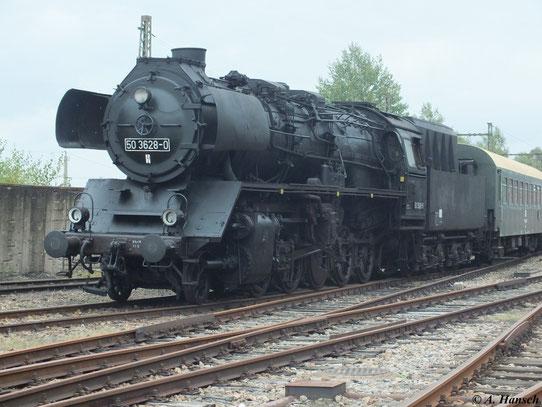 Die Sparlackierung des Fahrwerks von 50 3628-0 soll an die zeitweise Knappheit roter Farbe in der DDR erinnern.
