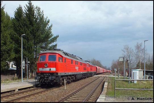Am 16. April 2013 zog 232 587-6 als Vorspannlok vor 232 668-4 den Gipsvollzug von Chemnitz Küchwald nach Großkorbetha. Hier ist die Fuhre in Wittgensdorf Mitte zu sehen