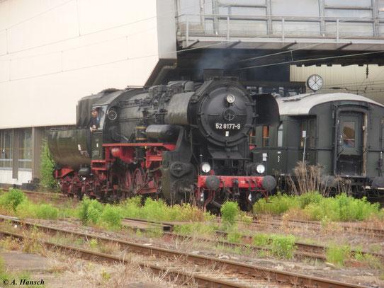 Am 22. Mai 2011 fuhr ein Sonderzug aus Berlin eine Rundfahrt durchs Erzgebirge. Hier rangiert Zuglok 52 8177-9 in Chemnitz Hbf.
