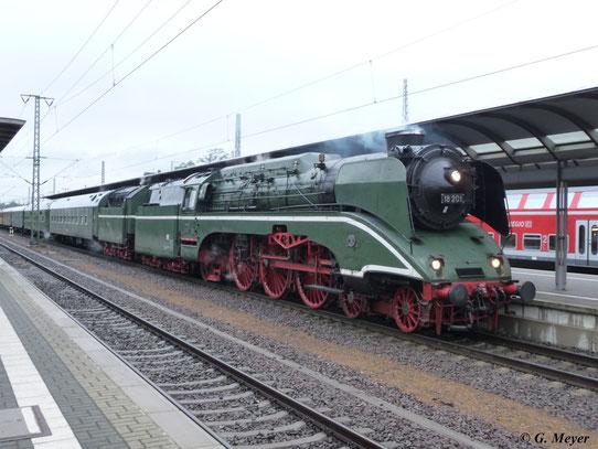 Am 5. September 2009 fuhr 18 201 mit einem Sonderzug von Berlin nach Meiningen. Hier hat der Zug einen kurzen Aufenthalt in Luth. Wittenberg Hbf.
