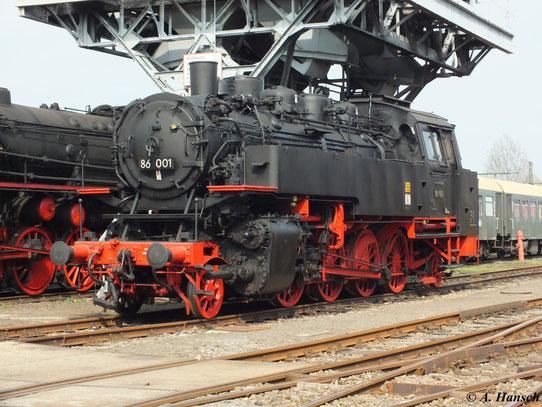 Sie ist die erste Lok ihrer Baureihe und gehörte zukletzt zum Bw Aue. Inzwischen ist sie fester Bestandteil des SEM. Am 21. April 2013 ergab sich die seltene Gelegenheit 86 001 in voller Pracht fotografieren zu können