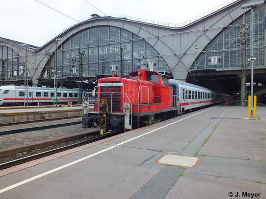 363 440-9 rangiert am 14. Juni 2014 ein paar IC-Wagen in Leipzig Hbf.