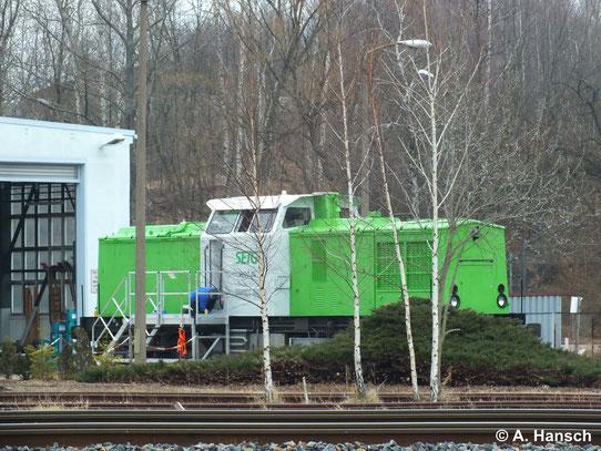 In neuem Farbkleid präsentiert sich die ex KUBE CON Lok 202 787-8, die als V100.04 jetzt der SETG gehört am 4. März 2014 vorm RISS Lokschuppen am AW Chemnitz