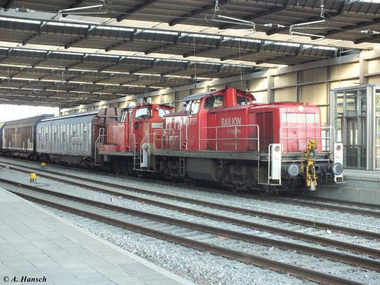 Am 13. September 2012 fährt 294 846-1 mit einem Güterzug durch Chemnitz Hbf. Mit am Haken hängt 362 388-1