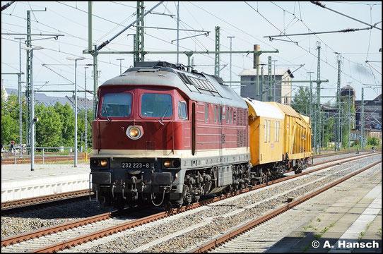 Die Deutsche Gleis- und Tiefbau GmbH (DGT) besitzt zwei 232er. Am 22. Juli 2015 erreicht 232 223-8 mit kurzem Bauzug Chemnitz Hbf.