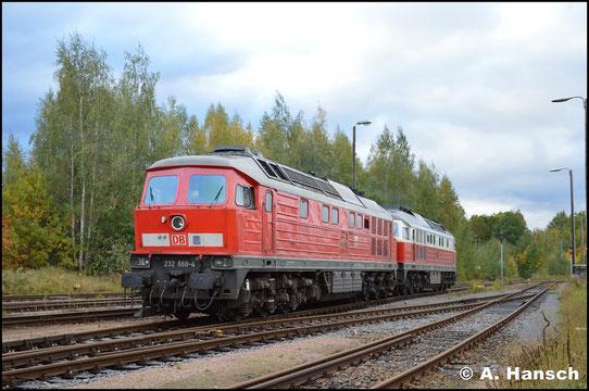 Am 5. Oktober 2017 sollte 232 668-4 den Gipszug in Chemnitz-Küchwald übernehmen. Wegen eines Defekts muss 232 105-7 aushelfen. Beide Maschinen sind hier beim Rangieren im Rbf. zu sehen