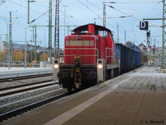 Gerade ist 294 702-6 an die Waggons rangiert, die sie dann kurze Zeit später nach Zwickau fährt (23. Oktober 2013)