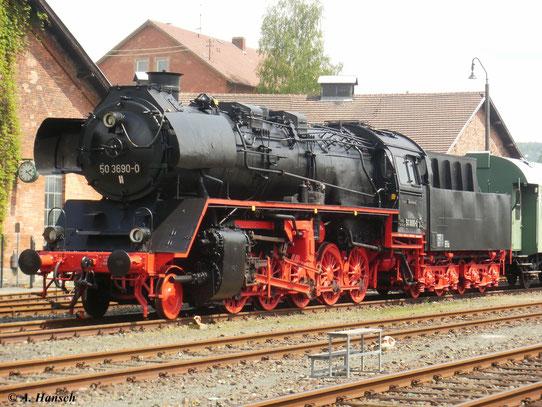 Im Eisenbahnmuseum Neuenmarkt-Wirsberg steht 50 3690-0. Wie einige Reko 50er ist sie mit Scheibenradsatz-Vorläufer ausgestattet. (22. Mai 2010)
